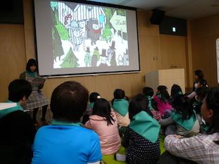 「キュッパのはくぶつかん」(福音館書店)のお話をきく。読みきかせをしてくれたのは、国際子ども図書館の松戸さん。